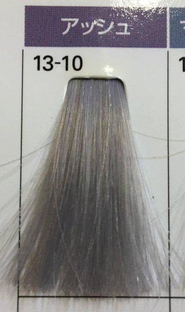 白髪にアッシュを染めた毛束の写真