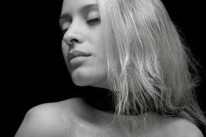 白い髪の女性の写真