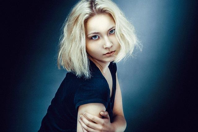 髪が傷んでいる女性の写真