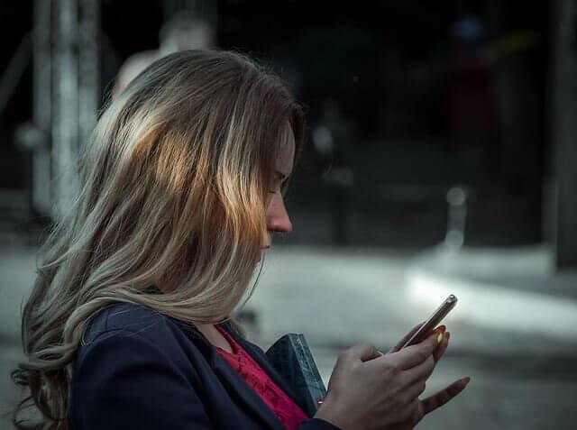 ブリーチ失敗して髪の毛の色がまだらになっている女性の写真