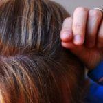 白髪を抜いている女性の写真