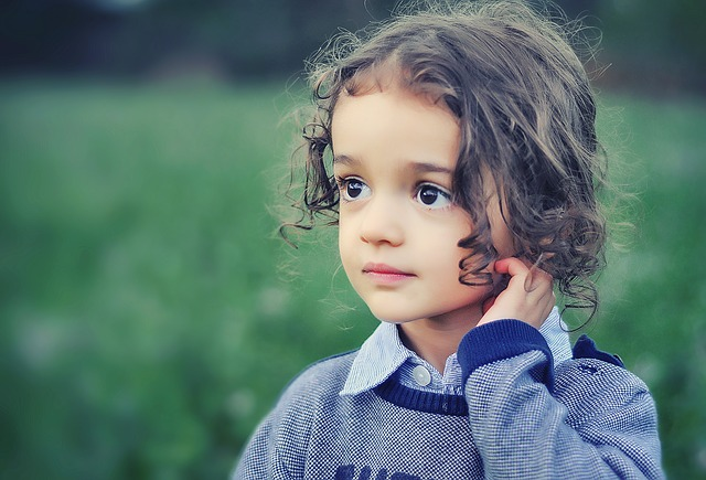 毛がクルクルしている女の子の写真