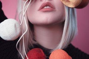 ヘアカラーで髪の毛が茶髪な女性の写真