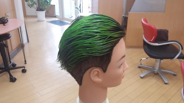 緑色のマニキュアを髪の毛に付けた写真