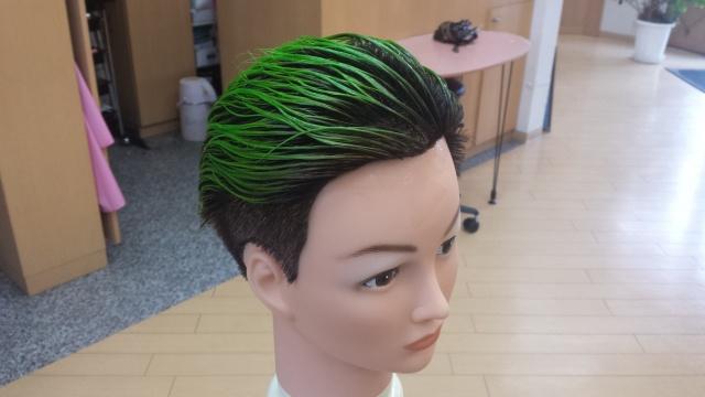 緑色のマニキュアを塗布した写真