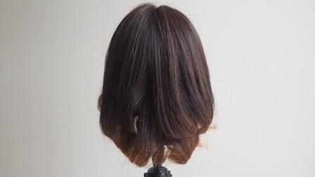 コテで巻き終わった状態の髪の毛 後ろ