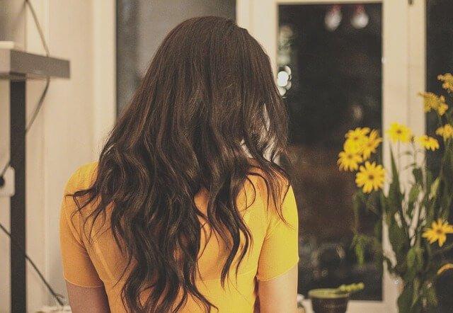巻き髪してある女性の写真