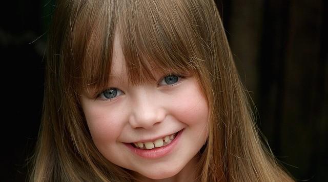 前髪が写っている女の子の写真
