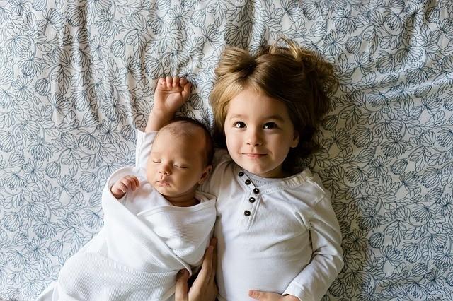 寝ている赤ちゃんと子供の写真