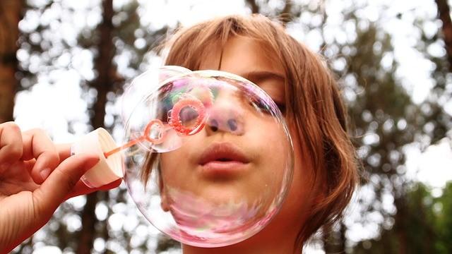 石鹸で遊んでいる子供の写真