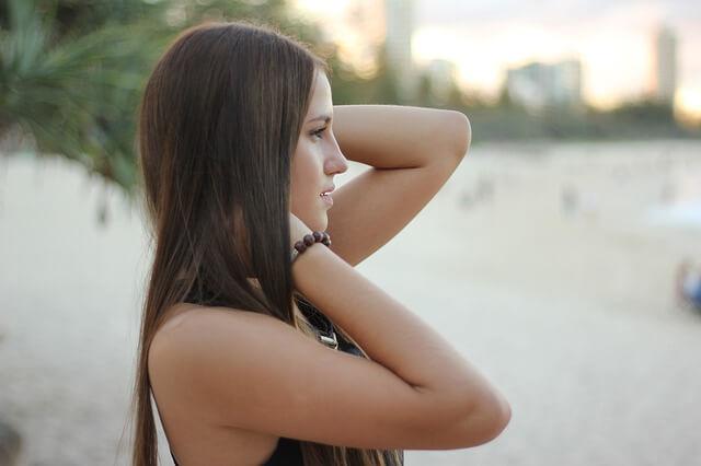 髪の長い女性の写真