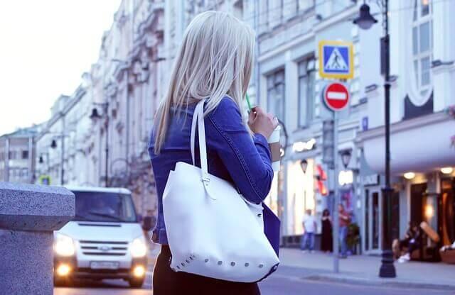 青をイメージさせる髪の明るい女性の写真