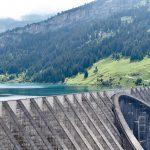 水をせき止めているダムの写真