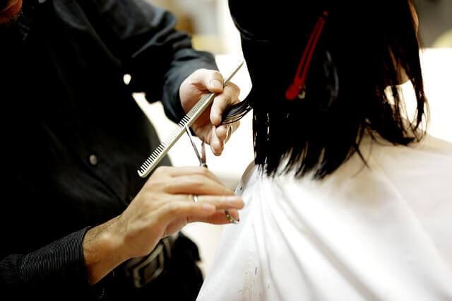 髪を切られている女性の写真