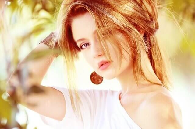 透明感のあるヘアカラーをしている女性の写真