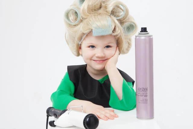 ヘアセットしている子供の写真