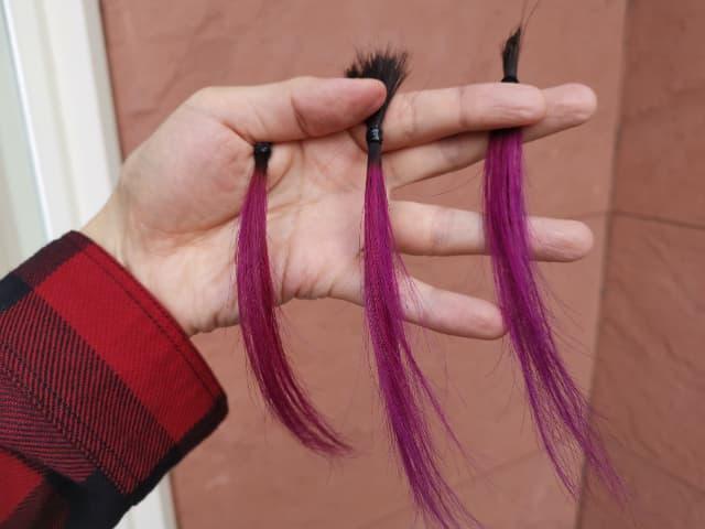 ショッキングパープルのカラーバターで染めた髪