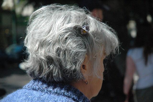 白髪の女性の写真