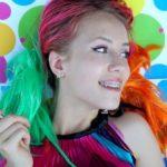カラフルな髪色の女性の写真