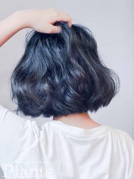 ブルーブラックの髪色の女性