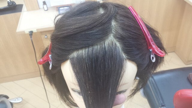 透け感前髪の分け目がある分け方の写真