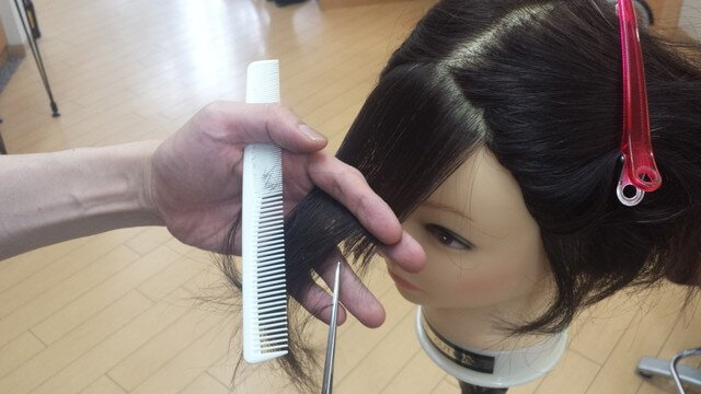前髪を45度上げて切っている写真
