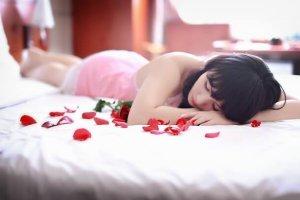 寝ている黒髪の女性の写真