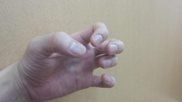 シャンプーを泡立てる時の手の形