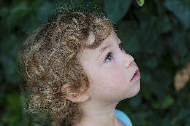 髪の毛がカールした子供の写真