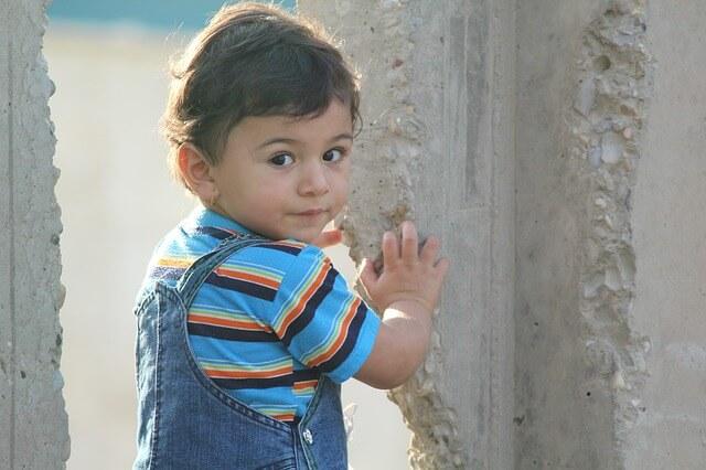 疑問に思う子供の写真
