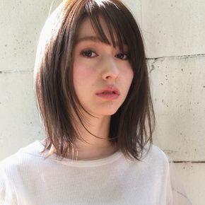 ミディアムヘアの透け感前髪の写真