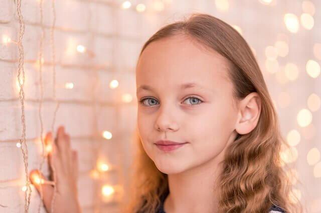 クセ毛の女の子の写真