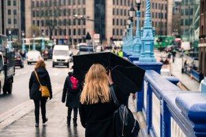 雨の日の女性の写真