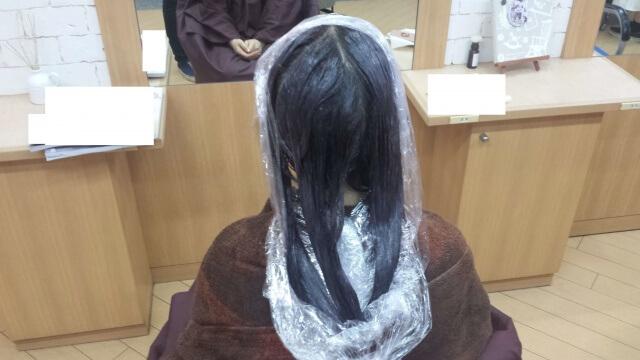 イルミナカラーで染めるている最中の髪の毛の写真