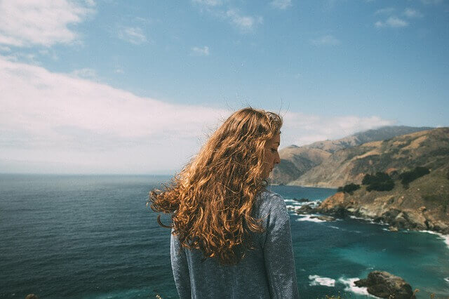クセ毛の女性の写真