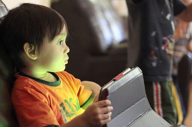 タブレットを見ている子供の写真