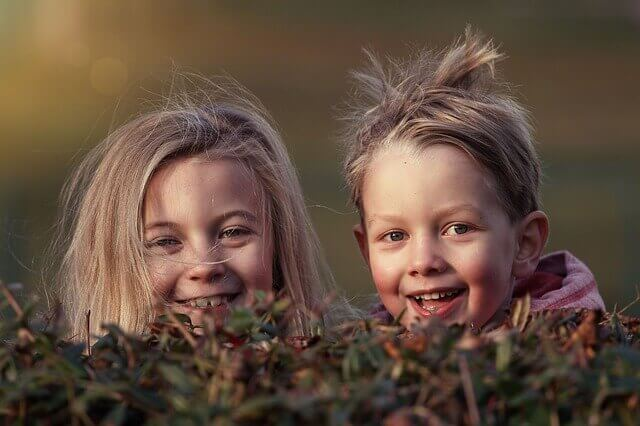 二人の子供の写真