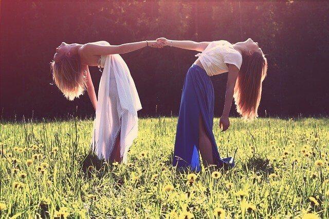 女性二人の写真