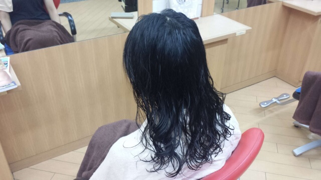 パーマの流しが終わった髪の毛の写真