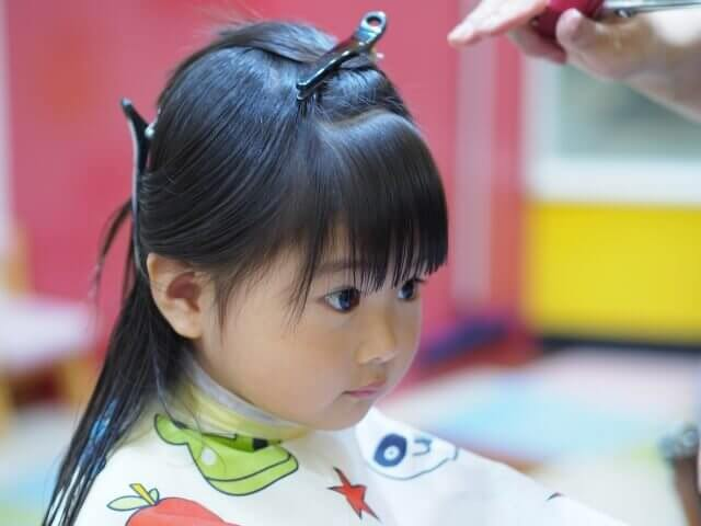 髪を切っている子供の写真