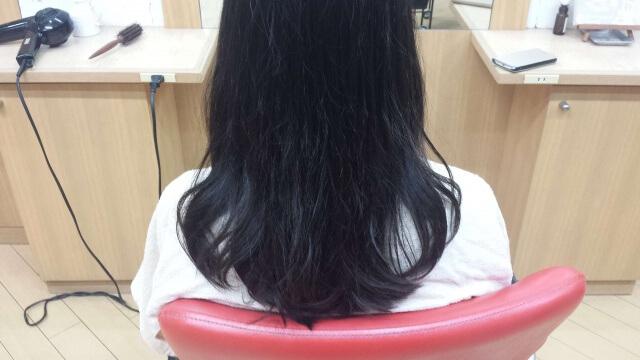 パーマをドライヤーで乾かした髪の毛の写真