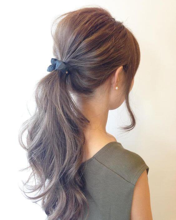 ロングヘアの髪を結んだ女性の写真