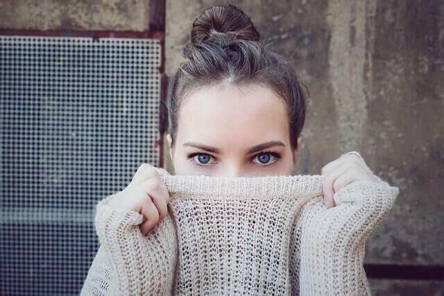 コチラを見る女性の写真