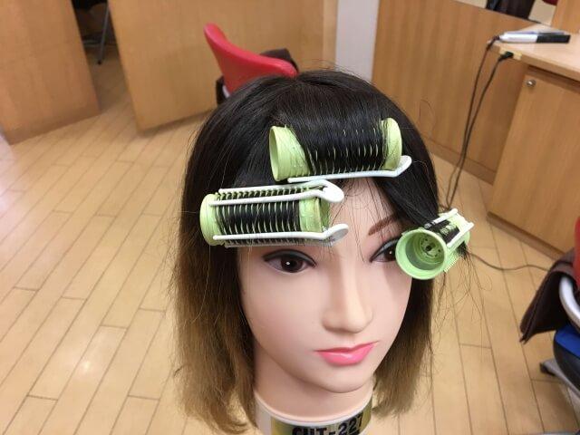 ホットカーラーで前髪を曲げる