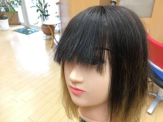 真っ直ぐになっている前髪の写真
