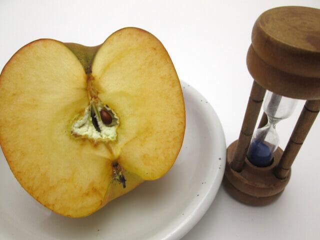 酸化したリンゴの写真