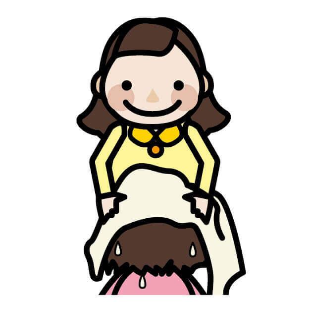 お母さんが子供の髪を拭く画像
