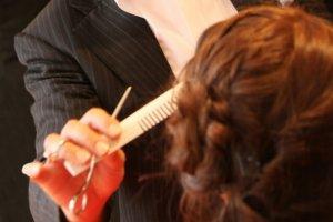 カットをする美容師の写真
