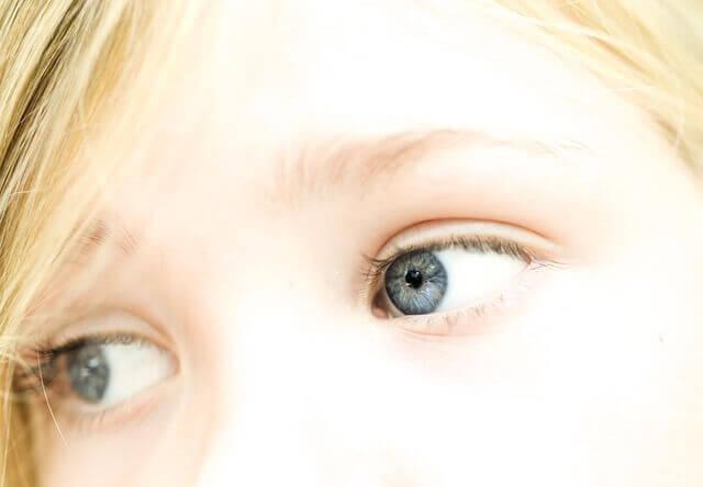 白い髪の毛の女性の写真