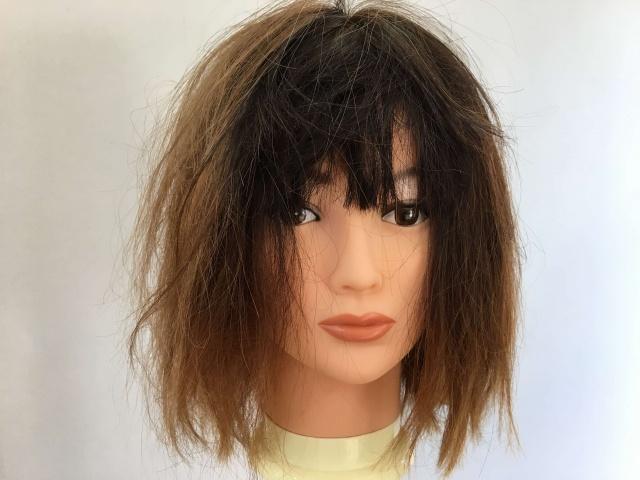 寝ぐせのある髪の毛の写真
